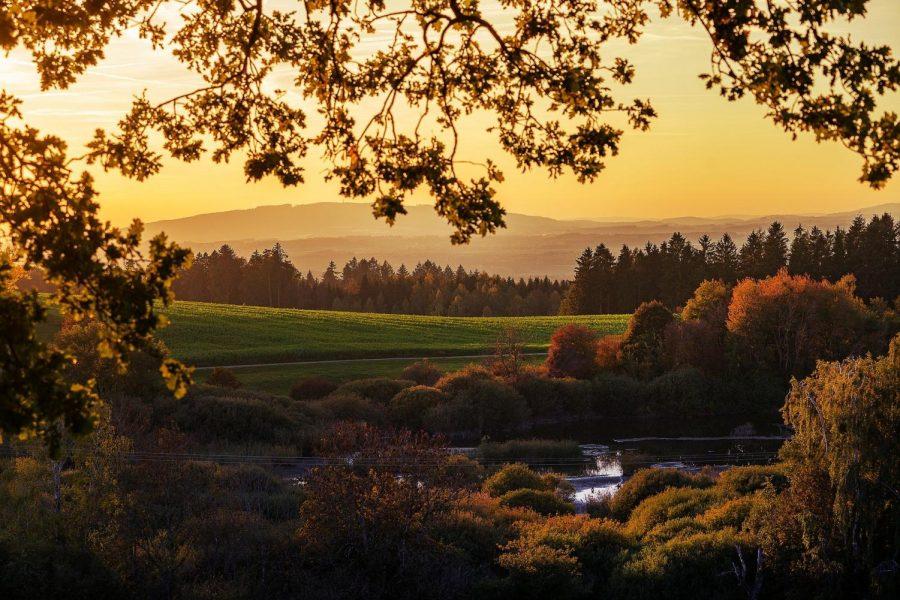 The sun sets over a landscape. (photo courtesy of Lars Nissen (Pixabay))